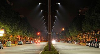 Автодорога освещена уличными лед светильниками
